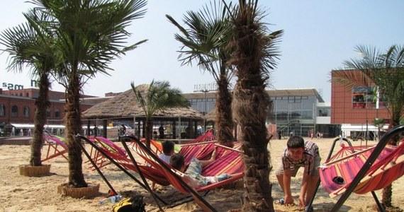 900 ton złocistego, świeżego piasku tworzy największą plażę w mieście. To Costa del Manu, czyli rynek Manufaktury w Łodzi. Od dziś został zamieniony w miejsce dla leniuszków i tych, którzy lubią wypoczywać aktywnie.