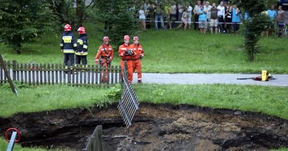 Kilka metrów średnicy i kilkanaście metrów głębokości ma dziura w ziemi, która powstała w samym centrum placu zabaw w dzielnicy Dańdówka w Sosnowcu. Niewykluczone, że zapadlisko to wynik szkód górniczych. Na taką przyczynę wskazują między innymi okoliczni mieszkańcy.