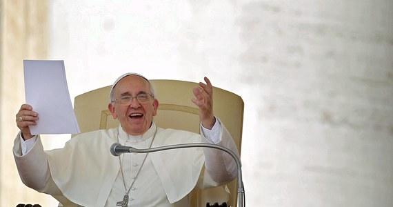 """Podczas ostatniej przed lipcową przerwą audiencji generalnej papież Franciszek powiedział wiernym, że nie jest ważniejszy od nich. """"Wszyscy jesteśmy braćmi"""" - mówił papież do ponad 50 tysięcy pielgrzymów zgromadzonych na placu Świętego Piotra."""