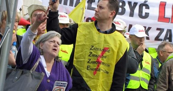 Związkowcy z Grupy Energa protestują w Gdańsku przeciw zwolnieniom. Demonstracja potrwa nawet do godziny 16. Organizatorzy zapowiadali, że na ulice miasta może wyjść nawet dwa i pół tysiąca osób. Przyszło ich około tysiąca. Jeden z uczestników został ranny. Mężczyzna został potrącony przez karetkę, która cofała.