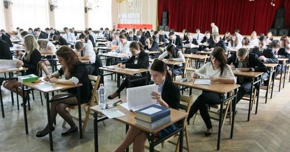 81 procent tegorocznych maturzystów zdało egzamin – wynika z danych opublikowanych przez Centralną Komisję Egzaminacyjną. Do matury przystąpiło ponad 326 tysięcy uczniów. 96 proc. z nich to tegoroczni absolwenci. Pozostali to osoby, które kończyły szkołę w ubiegłych latach.