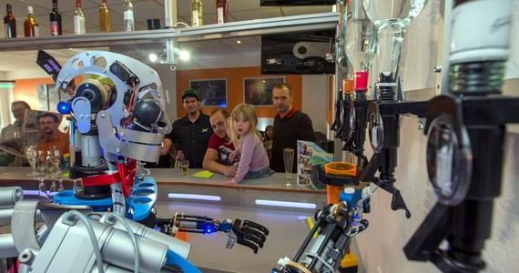 Robot imieniem Carl nalewa drinki w otwartym właśnie barze Robots Bar & Lounge w Ilmenau w niemieckiej Turyngii. Na razie służy jedynie pomocą barmanowi z krwi i kości, ponieważ musi się jeszcze wiele nauczyć.