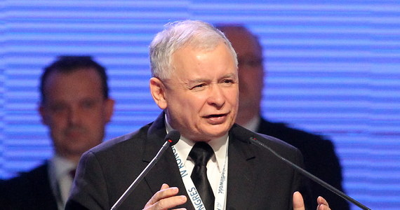 """Jarosław Kaczyński został ponownie wybrany na prezesa partii podczas konwencji Prawa i Sprawiedliwości w Sosnowcu. Był jedynym kandydatem na tę funkcję. Poparło go 1131 delegatów, 17 było przeciw, 12 wstrzymało się od głosu. """"Polska ma olbrzymie możliwości, które trzeba umieć wykorzystać"""" - przekonywał tuż po ogłoszeniu wyników.  W swoim wystąpieniu wspomniał m.in. zmarłych bliskich - brata i matkę."""