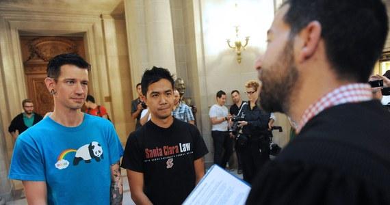 Przeciwnicy małżeństw gejowskich w Kalifornii zwrócili się do Sądu Najwyższego, aby cofnął wznowione dzień wcześniej w tym stanie pozwolenie na zawieranie związków małżeńskich przez pary homoseksualne. Powołano się przy tym na wymóg proceduralny.