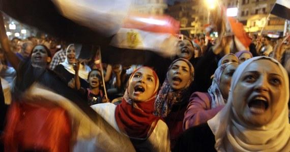 Tysiące ludzi spędziły noc na placu Tahrir w centrum Kairu przed planowaną wielką demonstracją przeciwników Mohammeda Mursiego. Dziś przypada rocznica inauguracji jego prezydentury. Demonstranci zamierzają wyruszyć pod pałac Mursiego. Zapewniają, że są nastawieni pokojowo, ale jeśli zostaną zaatakowani, mają prawo do samoobrony.