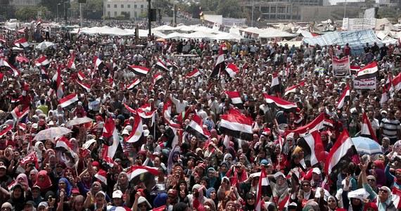 Projekt mapy drogowej, którą zamierza realizować egipskie wojsko, jeśli nie dojdzie do porozumienia między prezydentem Mohammedem Mursim a opozycją, zakłada zawieszenie konstytucji i rozwiązanie zdominowanego przez islamistów parlamentu. Agencja Reutera poinformowała o tym dzisiaj, powołując się na źródła wojskowe. Rada Najwyższa Sił Zbrojnych Egiptu omawia jeszcze podobno szczegóły tego planu, mającego na celu rozwiązanie kryzysu politycznego.