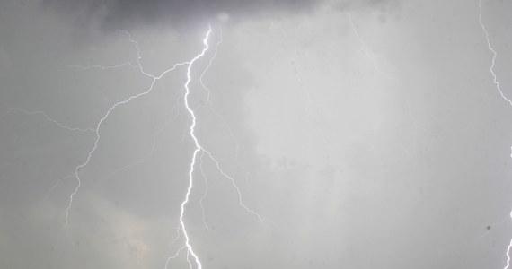 """Gwałtowna burza z bardzo silnymi wyładowaniami przeszła w piątek po południu w rejonie Wadowic. """"Od uderzenia pioruna spłonął dach domu w Wieprzu, w którym przebywały tylko dzieci"""" - poinformował rzecznik wadowickiej straży Krzysztof Cieciak. Z kolei w rejonie małopolskiego Chrzanowa, po nawałnicy bez prądu było ok. 2,5 tys. mieszkańców."""