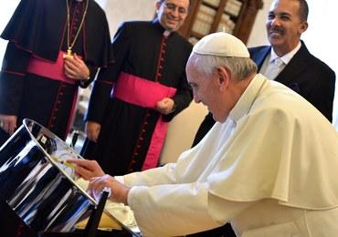 Papież Franciszek zagrał na karaibskiej perkusji