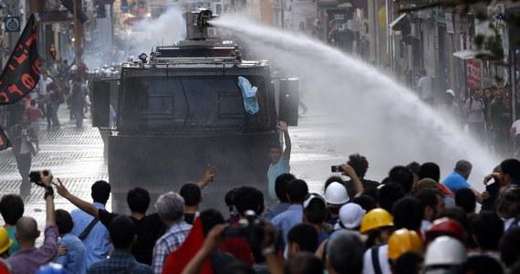 Turecka policja zaatakowała gazem łzawiącym i armatkami wodnymi manifestantów, którzy chcieli w sobotę wieczorem przedostać się do stambulskiego parku Gezi w pobliżu placu Taksim. To tam w minionym miesiącu dochodziło do burzliwych demonstracji antyrządowych.