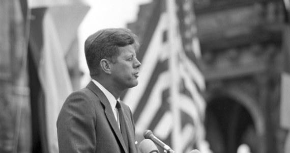 """W miesiącach poprzedzających zamach na prezydenta Kennedy'ego Lee Harvey Oswald był bardziej powiązany z wywiadem Kuby niż sądzono, a CIA kłamała o tych powiązaniach przed komisją sędziego Warrena, która prowadziła śledztwo w sprawie zamordowania prezydenta 22 listopada 1963 roku - twierdzi były analityk CIA Brian Latell w książce """"Castro's Secrets: Cuban Intelligence, the CIA, & the Assassination of John F. Kennedy"""". Publikacja ma trafić na rynek 9 lipca."""