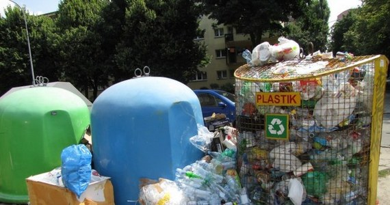 """Do końca tygodnia śmieci mają zniknąć albo koniec umowy – to ultimatum dla firmy """"Eko Serwis"""", która powinna odbierać odpady w dzielnicy Bałuty w Łodzi – dowiedziała się dziennikarka RMF FM. Taką decyzję podjęły władze miasta po tym, gdy okazało się, że dzielnicę zalała fala śmieci."""
