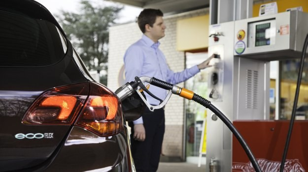 驾车人士必看!添油时除了使用手机,这些小动作也会造成起火意外?| 切记千万不要这样做!
