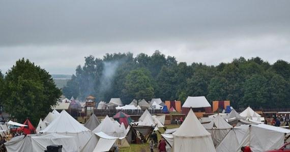 Na Polach Grunwaldu dziś inscenizacja wielkiej bitwy sprzed 603 lat. W tegorocznej inscenizacji bitwy weźmie udział ponad 1200 rekonstruktorów z bractw rycerskich. Większość rycerstwa ściągnęła już na miejsce i rozbiła obozowiska wzorowane na średniowiecznych. Padający deszcz na szczęście nie wystraszył ani rycerzy, ani widzów.
