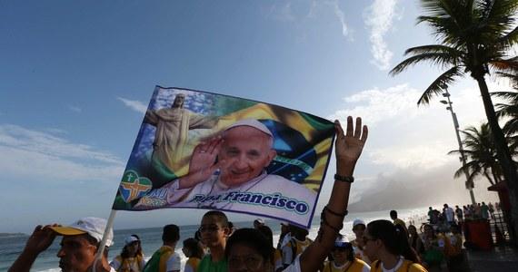 Papież Franciszek wyruszył w swą pierwszą zagraniczną podróż, do Rio de Janeiro w Brazylii na Światowe Dni Młodzieży. Na rzymskim lotnisku papieża pożegnał premier Włoch Enrico Letta.