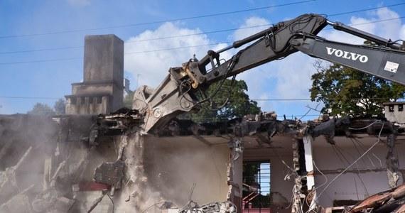 Sopocki dworzec - znika z powierzchni ziemi! Od rana trwa wyburzanie budynku. W jego miejscu stanie nowy dworzec, połączony z małym centrum handlowym i hotelem.