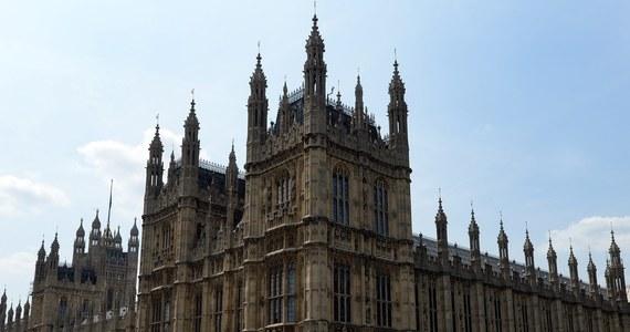 """Posłowie brytyjskiej Izby Gmin zostali poproszeni, by powstrzymywali się od tradycyjnego dotykania - na szczęście - stóp posągów stojących w parlamencie, a przedstawiających byłych premierów, m.in. Margaret Thatcher, Davida Lloyda George'a, Clementa Attlee i Winstona Churchilla. Są one """"poważnie zagrożone"""" z powodu nadmiernej eksploatacji."""
