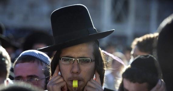 Kobiety Ściany Płaczu, domagające się równouprawnienia kobiet w modlitwie pod jerozolimską Ścianą Płaczu, próbowały modlić się w tym najświętszym miejscu judaizmu. Przeszkodzili im ultraortodoksyjni Żydzi (haredim), zagłuszając ich modlitwy gwizdkami.