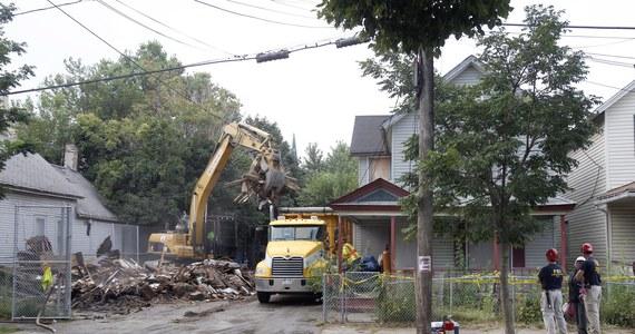 """Dom w Cleveland (Ohio), w którym Ariel Castro przez kilkanaście lat więził, torturował i gwałcił trzy kobiety, został zburzony. Władze zapowiadają dopilnowanie, by szczątki nie trafiły jako """"pamiątki"""" do sprzedaży internetowej."""