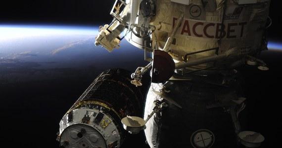 To najdłuższy jak dotąd kosmiczny spacer Rosjan. Dwaj kosmonauci spędzili wczoraj siedem i pół godziny na zewnątrz Międzynarodowej Stacji Kosmicznej (ISS), montując kabel energetyczno-telekomunikacyjny - poinformowała rosyjska kontrola lotu.