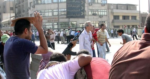 """Egipskie służby bezpieczeństwa weszły rano do meczetu w centrum Kairu, w którym przebywało prawie tysiąc zwolenników obalonego prezydenta Mohammeda Mursiego. Według relacji telewizyjnych, obyło się bez przemocy. Wczoraj podczas """"dnia gniewu"""" w Egipcie zginęło ponad 100 osób. Liczba ofiar zamieszek trwających w kraju od środy przekroczyła 700."""