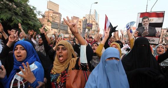 Zwolennicy obalonego islamistycznego prezydenta Egiptu Mohammeda Mursiego ze względów bezpieczeństwa odwołali niektóre protesty, które miały się odbyć w niedzielę w Kairze. Z kolei szef armii zapewnił, że wojsko nie pozwoli na dalszy rozlew krwi.
