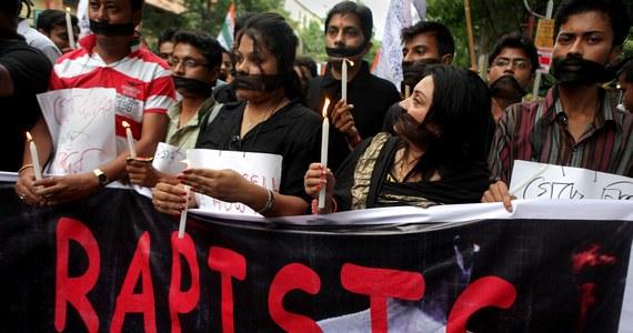 23-letnia fotoreporterka padła ofiarą zbiorowego gwałtu w Bombaju. Kobietę zaatakowało co najmniej trzech mężczyzn, gdy robiła zdjęcia w opuszczonej fabryce.