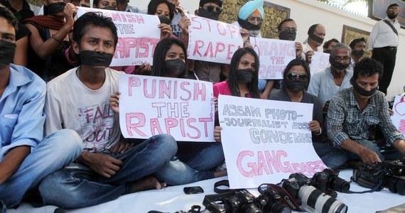 Indyjska policja aresztowała trzeciego mężczyznę w związku ze zbiorowym gwałtem na młodej fotoreporterce, do którego doszło w Bombaju; wcześniej tego dnia informowano o zatrzymaniu drugiego domniemanego sprawcy. Policja twierdzi, że ma wystarczające dowody, by można było postawić mężczyzn przed sądem. W indyjskiej gazecie pojawiło się natomiast oświadczenie zgwałconej reporterki.