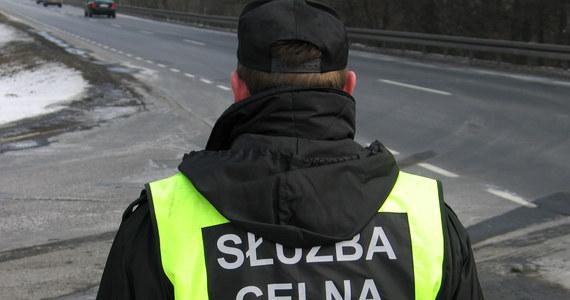 Ponad 1,5 tony towarów fałszywie oznaczonych jako markowe wykryli warmińsko-mazurscy celnicy w samochodzie, którym kierował obywatel Litwy. Został on zatrzymany do kontroli na drodze we wschodniej części warmińsko-mazurskiego.