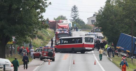 """16 osób rannych - to najnowszy bilans wypadku, do którego doszło na krajowej """"czwórce"""" Kraków-Tarnów w miejscowości Łapczyca. Ciężarówka zderzyła się tam z busem. Droga przez 5 godzin była zablokowana. Wcześniej służby ratownicze informowały, że rannych zostało 21 osób."""