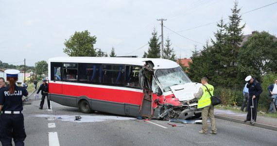 Lekarzom nie udało się uratować 10-latka, który został bardzo poważnie ranny we wczorajszym wypadku w małopolskiej Łapczycy. Dziecko przebywało na oddziale intensywnej terapii. W zderzeniu busa z tirem rannych zostało w sumie 16 osób.