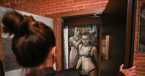 Petersburska policja skonfiskowała obrazy Konstantina Ałtunina, z których jeden przedstawiał prezydenta Władimira Putina i premiera Dmitrija Miedwiediewa w damskiej bieliźnie; artysta opuścił Rosję i chce ubiegać się o azyl we Francji - podał portal BBC News.