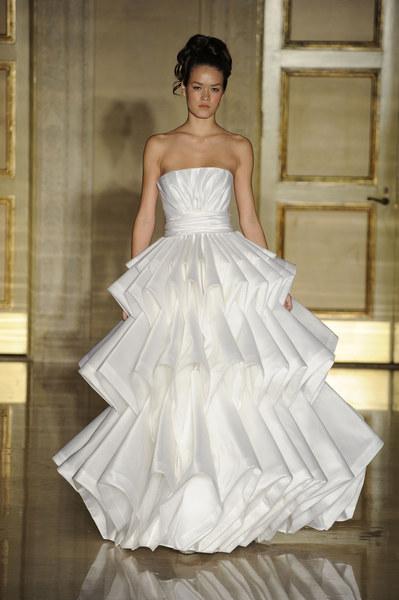 d8d37ee8c2 Dom mody Douglas Hannant proponuje nowoczesne projekty sukni ślubnych.