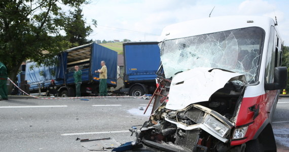 Zarzut nieumyślnego spowodowania wypadku w Łapczycy, wskutek którego zginął 10-letni chłopiec, a 15 innych osób zostało rannych, postawiła prokuratura kierowcy busa. Do wypadku doszło we wtorek w Łapczycy koło Bochni.