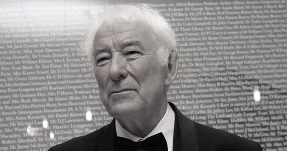 """Irlandzki poeta, tłumacz, dramatopisarz i eseista, laureat literackiej Nagrody Nobla z 1995 roku Seamus Heaney zmarł w Dublinie w wieku 74 lat. Heaney jest autorem tomów poezji """"44 wiersze"""", """"Światło elektryczne"""" oraz tomu esejów """"Zawierzyć poezji""""."""