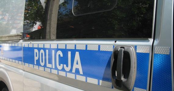 Prokuratura bada sprawę tajemniczego zabójstwa 63-letniej kobiety, której ciało z wieloma ranami kłutymi znaleziono w jej domu w stołecznym Imielinie. Wiadomo, że kobieta chciała wynająć dom i miała pokazać go potencjalnym lokatorom. W lutym na południu Warszawy doszło do podobnego zabójstwa.