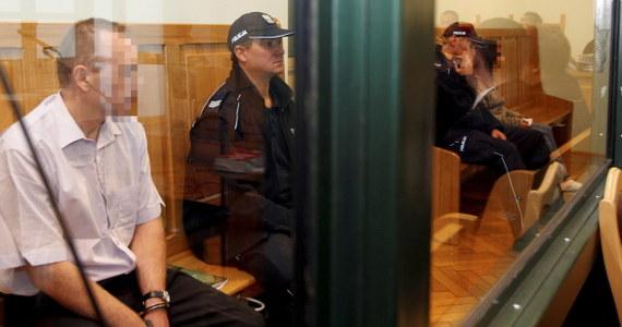 W sądzie okręgowym w Katowicach rozpoczął się proces rodziców oskarżonych o zabójstwo niespełna dwuletniego Szymona z Będzina. Ciało chłopca wyłowiono ze stawu w Cieszynie w marcu 2010 roku. Pojawił się wniosek o wyłączenie jawności sprawy.