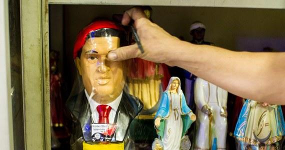 """W pół roku po śmierci Hugo Chaveza kult twórcy """"wenezuelskiego socjalizmu XXI wieku"""" przybiera wśród jego zwolenników formę religijną. Chavez stał się jednym z bóstw typowego karaibskiego synkretyzmu, tj. syntezy katolicyzmu i wierzeń afrykańskiej religii joruba."""