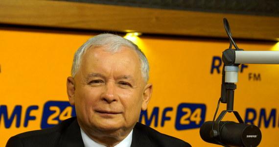 """""""W każdym normalnym europejskim kraju o ustabilizowanej demokracji człowiek, który wyśmiewa się po informacjach o strzałach w kierunku kolumny, gdzie jechał prezydent państwa, wypadłby z polityki"""" - mówi Jarosław Kaczyński, Gość Krzysztofa Ziemca w RMF FM. Nawiązał w ten sposób do wypowiedzi Bronisława Komorowskiego: """"Jaka wizyta, taki zamach, bo z 30 metrów nie trafić z samochód to trzeba ślepego snajpera"""". Prezes Prawa i Sprawiedliwości jest przekonany, że jego ugrupowanie wygra najbliższe wybory parlamentarne. """"Ja wierzę, że zwyciężymy"""" - mówi. O przedstawionej przez rząd reformie emerytalnej mówi krótko: """"OFE to największe oszustwo w Polsce po 1989 roku"""" i zapowiada, że po dojściu do władzy PiS podniesie podatki dla tych, którzy zarabiają powyżej 100 tysięcy złotych rocznie. """"Będziemy dążyli do tego, żeby były inwestycje, zamiast luksusowej konsumpcji"""" – dodaje."""