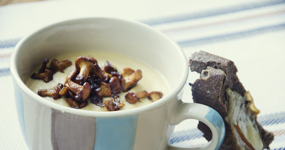 Czas na jedne z najbardziej lubianych grzybów. Kurki, bo o nich mowa, są doceniane za smak, zapach, aromat. Dodatkowo mają piękny kolor, dzięki czemu potrawy z niemi w roli głównej nie tylko są pyszne, ale też pięknie wyglądają.