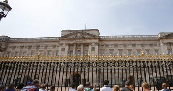 """Włamywacz aresztowany w Pałacu Buckingham usiłował ukraść klejnoty koronacyjne i miał wspólnika - donosi dziennik """"Sunday Times"""". O incydencie poinformowano dopiero w sobotę, choć do włamania doszło w poniedziałek w nocy."""