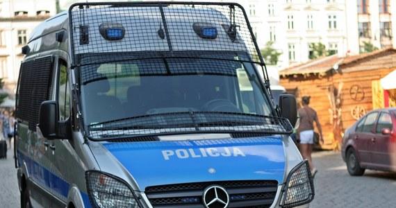 Podkarpaccy policjanci odkryli w gminie Radymno dziuplę samochodową, w której ukryte były trzy luksusowe auta. Zatrzymali też 34-letniego pasera, który został aresztowany na 3 miesiące.
