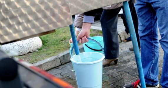 Woda w kranach w czterech dzielnicach Sosnowca nadal nie nadaje się do picia. Trwają badania próbek i płukanie sieci.