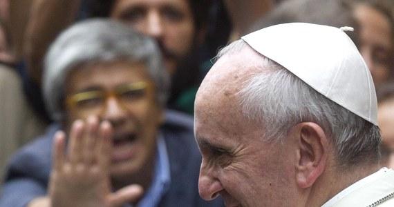"""Papież Franciszek napisał w liście do dziennika """"La Repubblica"""", że nadszedł czas, by zacząć prowadzić otwarty i wolny od uprzedzeń dialog na temat wiary. W bezprecedensowym liście papież odniósł się do pytań, które zadał założyciel gazety Eugenio Scalfari."""