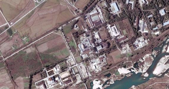 Zdjęcia satelitarne wskazują, że Korea Północna ponownie uruchomiła reaktor w swym ośrodku nuklearnym w Jongbion. Poinformowali o tym eksperci z Uniwersytetu Johnsa Hopkinsa w Baltimore w stanie Maryland.