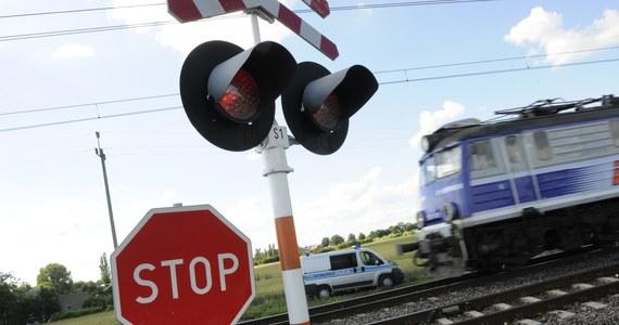 Wypadek na przejeździe kolejowym w Bagniewku pod Świeciem w województwie kujawsko-pomorskim. Ciągnik z naczepą wjechał tam pod pociąg relacji Warszawa-Gdynia. Nikomu nic się nie stało, ale sieć trakcyjna została zerwana, a ruch pociągów na kilkagodzin wstrzymany.