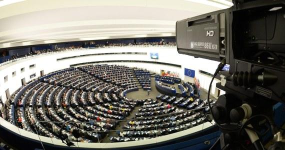 Parlament Europejski przegłosował ustanowienie wspólnego nadzoru bankowego w strefie euro. Europejski Bank Centralny obejmie nadzór nad około 6 tys. banków w eurolandzie, a PE będzie informowany o sposobie podejmowania decyzji przez EBC.
