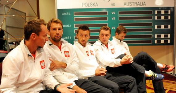 Przed naszymi tenisistami najważniejszy mecz w karierze reprezentacyjnej. Biało-czerwona drużyna ma szansę na awans do grupy światowej. Musi jednak pokonać na warszawskim Torwarze Australię i to jeszcze bez pomocy Jerzego Janowicza.