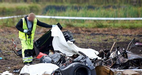 Trzy osoby zginęły w katastrofie lotniczej śmigłowca w Starej Kiszewie w woj. pomorskim. Maszyna spadła na pole i się zapaliła. Strażakom - jak informuje nasz dziennikarz Piotr Bułakowski - udało się już ugasić pożar maszyny.