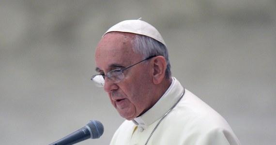 """Na profilu papieża Franciszka na Twitterze ukazała się w sobotę wiadomość: """"Czasami można żyć nie znając sąsiadów - to nie jest życie chrześcijańskie""""."""
