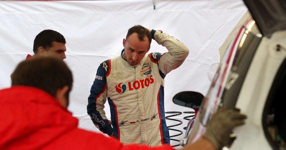 Robert Kubica (Citroen DS3 RRC) zrezygnował ze startu do niedzielnego etapu 70. Rajdu Polski, który jest dziewiątą rundą samochodowych mistrzostw Europy. Na ostatnim sobotnim oesie po uderzeniu w leżący na poboczu kamień w aucie polskiego kierowcy urwało się przednie prawe koło.